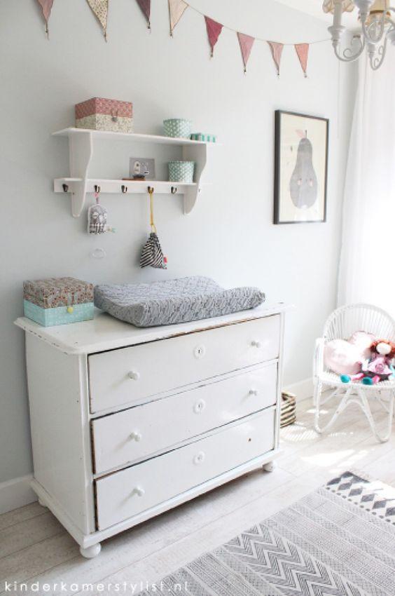 commode tegen grijsgroenige muur in de babykamer | babystuff, Deco ideeën