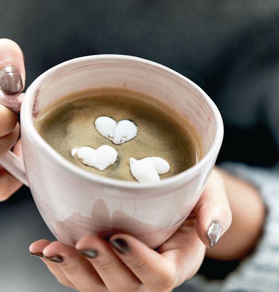 Als Geschenk oder Deko total süß! Handgearbeitete Baiser-Herzen aus Zucker, Eiweißpulver und Zitronensäure.