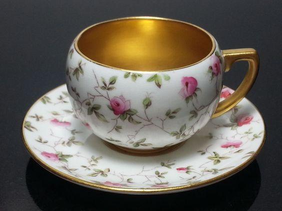 Šálek na čaj * bílý zlacený porcelán s malovanými růžovými růžičkami.