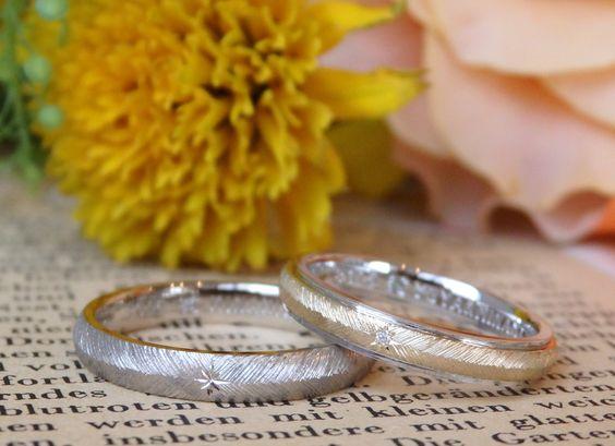 結婚指輪と婚約指輪をおつくりしました(オーダーメイド/手作り) 男性はホワイトゴールド、女性はプラチナとゴールドのコンビカラー。 お揃いの飾り彫りを施して制作。 羽模様の中心には、星型の飾り彫り。女性はダイヤモンドを飾り留めでお入れしました。 [marriage,wedding,ring,bridal,マリッジリング,ウエディング,ブライダル,Gold,K18]