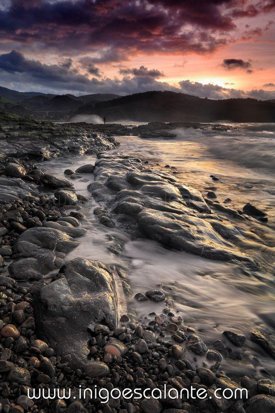 Increible atardecer en las costa vizcaian del mar cantabrico