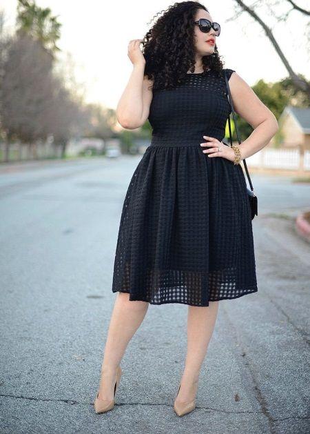 Черное красивое платье средней длины для полных