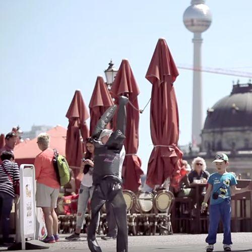 Ein Blickfang für alle Passanten der Stadt, die mit der Botschaft auf den Figuren direkt ins Geschäft gelockt wurden. Street Marketing aus Müll!