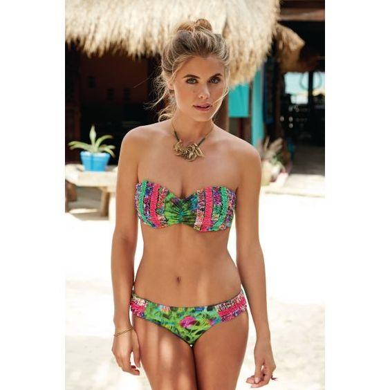 Haare hoch, Kette umbrinden - fertig ist der Strandlook! #bikini #grün #kette #summer