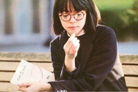 ベンチで本を読むkanoco