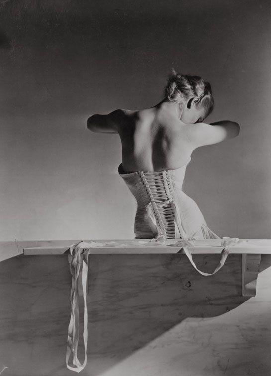 Corset de Detolle pour Mainbocher, 1939, Conde Nast, Horst Estate http://www.vogue.fr/culture/a-voir/diaporama/horst-p-horst-exposition-photos-au-victoria-and-albert-museum-de-londres/20072/image/1044087#!corset-de-detolle-pour-mainbocher-1939-conde-nast-horst-estate