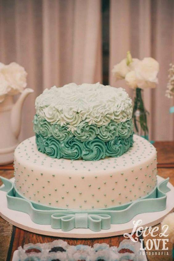 Bolo nas cores azul tiffany e branco! ♥ #decoração #noivado #azultiffany…: