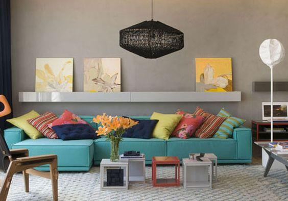 almofadas-coloridas-sofa-azul: