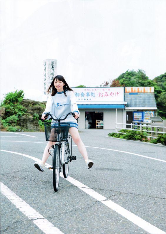 自転車に乗る太田夢莉