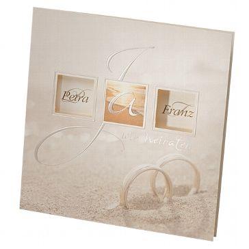 Romantische Hochzeitseinladung mit im Sand steckenden Ringen. Ideal für eine Hochzeit mit Strand-Thematik.