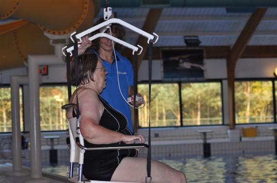 Molenduinbad te Norg -  In het zwembad is een speciale  ruimte met aangepaste omkleed-/douche- en toiletfaciliteiten. Daar bevindt zich eveneens een Linido rolstoel voor vervoer naar het bad. Deze stoel kan vervolgens aan een tillift gekoppeld worden, zodat U op een prettige manier het water in kunt gaan. Een liftconstructie bevindt zich zowel boven het wedstrijdbad, als boven het recreatiebad.