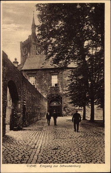 Ansichtskarte / Postkarte Kleve am Niederrhein, Eingang zur Schwanenburg, Passanten, Uhrturm | akpool.de