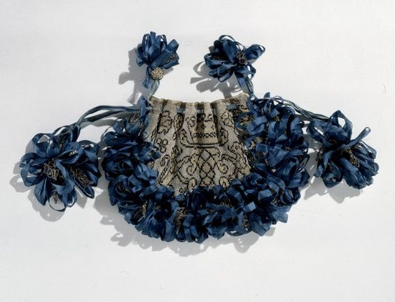 Beutel, #England(?), 17. Jh. Seidenstoff aus Gold- und Silberfäden, #Seidenband // ENGLISH: #Bag, England(?), 17th century Silk fabric with gold and silver thread, silk ribbons #fashion #art #kunst #mode #fabrics #stoffe #schmuck #jewelry #museum #basel #schweiz #switzerland #history #geschichte