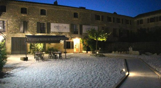 """Hôtel Crepuscule, www.hotelcrepuscule.upps.eu, Dieses alte Gebäude, aus dem Jahr 1760, wurde vollständig restauriert und verfügt über 9 charmante Zimmer und einen herrlichen Pool mit Blick auf das Schloss von Grignan und den Mont Ventoux. Das Hotel ist täglich von 1. Mai-15. Oktober und 15. Oktober-30. April geöffnet. Das Restaurant und die Weinbar """"LePharynx"""" stehen für alle Hotelgäste zur Verfügung."""