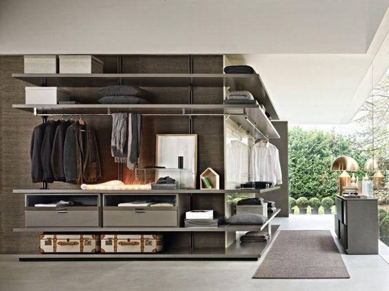 offene Regale und Schubladen für Unterwäsche und Accessoires                                                                                                                                                      More