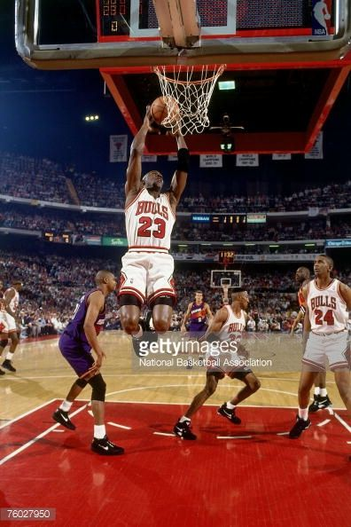 Fotografia de notícias : Michael Jordan of the Chicago Bulls soars for a...