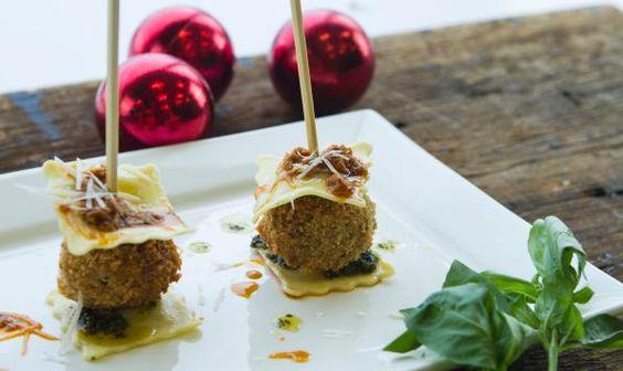 Brochettes de Boulettes de Poulet et de Raviolis Au Pesto et au Parmesanf--------------  Ces élégantes brochettes feront belle allure lors de vos repas festifs. Cette version de poulet parmesan, de préparation simple, disparaitront dans un clin d'œil!