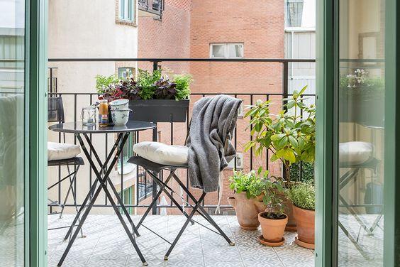 pomysły na mały balkon, balkon ikea, hiszpańskie płytki, marokańskie płytki