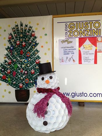 Boneco de neve Feito com cópos descartáveis de água e café.  Snowman. Made of water and coffee plastic cups.