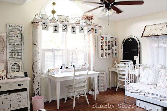 Una habitación de estilo Shabby, la ventana se remarca con las columnas de madera ...