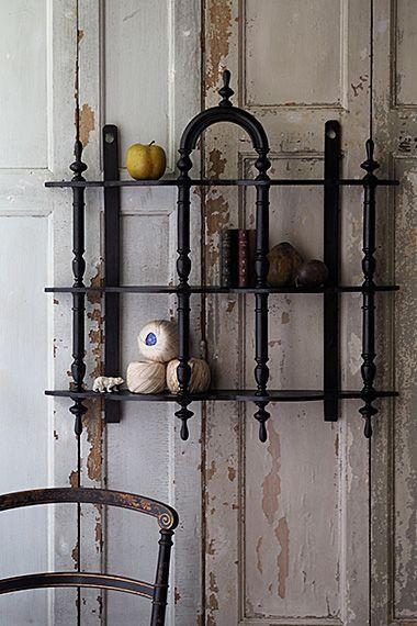 アーチ戴くウォールシェルフ-black wall shelf 壁への狭間を、トレサリーの様にフレームが景色を造り上げ、キュリオス・ルームに不可欠な装飾兼、飾り棚として重宝。薄く、センターに向かい奥行きを増すもくもくとした棚板縁の加工がユニークなフォルムの黒いウォールシェルフ。各擬宝珠パーツ揃っており、良いコンディションです。