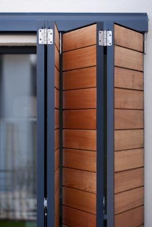 Les volets pliables, une solution peu retenue par les constructeurs de maison individuelle mais choisie ici par Alliance Construction pour sa maison passive à Carquefou en Loire atlantique.