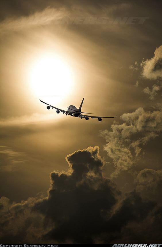 太陽に向かう飛行機