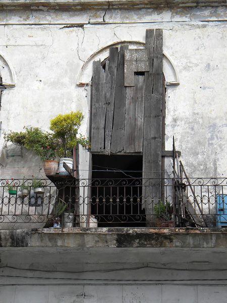 https://flic.kr/p/azwSNR   Volet Cuba 1   La Havane, le volet ouvre la vie personnelle sur le monde extérieur parfois il ne suffit plus à la tâche.