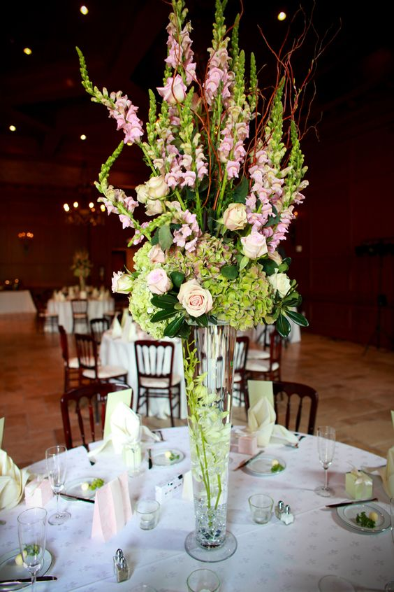 Tall glass vase with light pink roses snapdragons