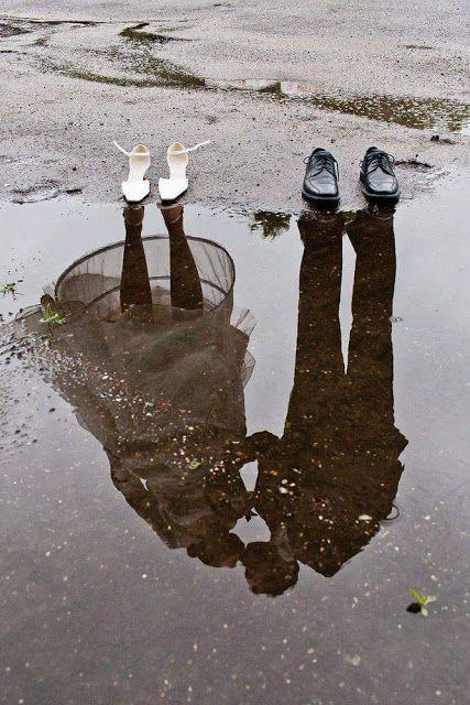 水たまりに映るカップルのモノクロ・白黒写真の壁紙
