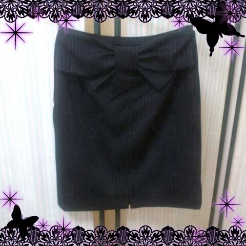 Pinstriped skirt with a ribbon on the back.
