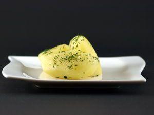 Hoe lang moet u aardappelen eigenlijk koken en hoe lang kunt u gekookte aardappelen bewaren? Wilt u gekookte aardappelen graag serveren zonder een saus, misschien als peterselie-aardappelen of dille-aardappelen? Nieuwsgierig, hoe u deze in een handraai kunt maken een veel meer nuttige informaties over het koken van aardappelen kunt u nu op 24 Tip lezen.