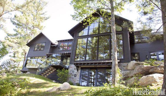 Lorsque la designer Anne Hepfer a conçu sa maison près du lac Muskoka en Ontario, elle l'a habillée d'un bardage noir afin qu'elle disparaisse dans les arbres. Son refuge de vacan…