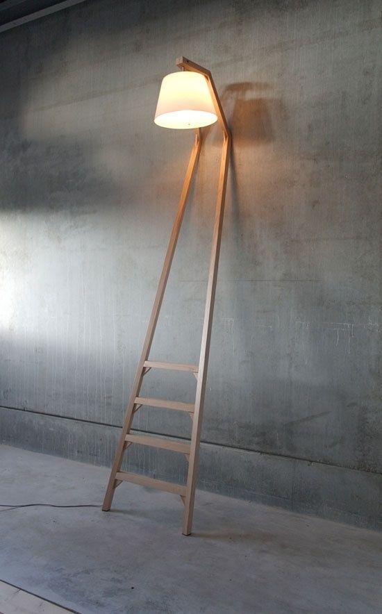 Deze lamp is heel eenvoudig, maar heel interessant. Deze staande lamp hangt tegen de muur aan. Er ontstaat daardoor een knik boven in. De lamp is echt een object doordat het zo in de ruimte staat, en tegen de muur aan hangt. Hij is strak en speciaal.: