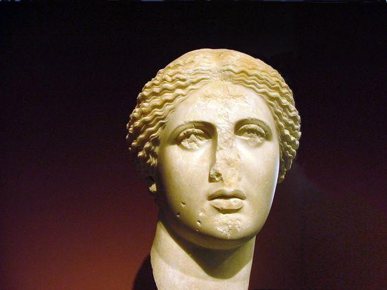 Busto de mármol de Afrodita encontrado en el Ágora de Atenas, cerca de la Torre de los Vientos (siglo I). Probable réplica de una obra original de Praxíteles, realizada c. 370-360 a. C. (Museo Arqueológico Nacional de Atenas, n.º 1762)