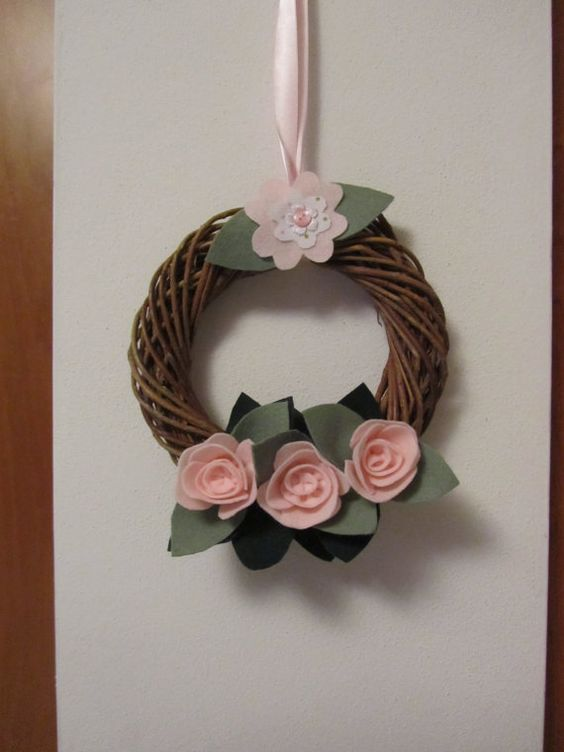 Wicker wreath diameter 20 cm. with roses and leaves in pannolenci