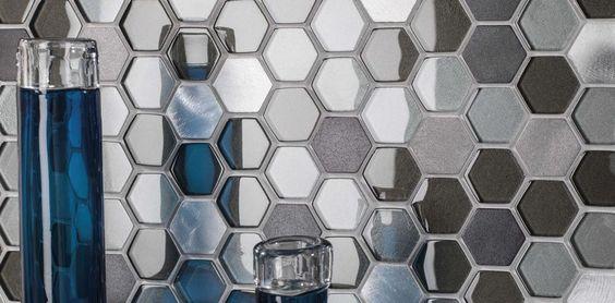 Mosaicos realizados con una combinación de teselas de vidrio y perfiles metálicos con igual largo y diferentes altos.