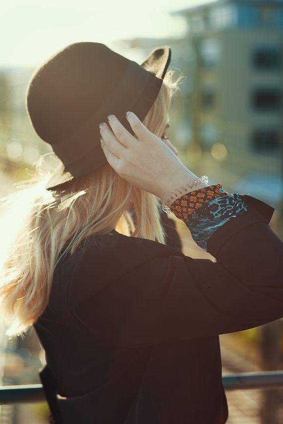 Christina Key trägt ihre langen, blonden Haare lockig und kombiniert eine Jeans mit einem Hut