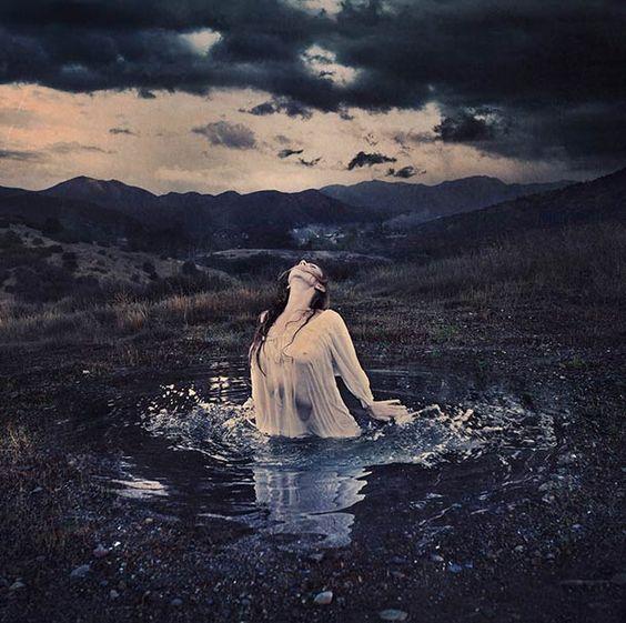 Une sélection des créations de la photographe américaineBrooke Shaden, qui nous entraine à travers ses photographies surréalistes dans des autoportraits