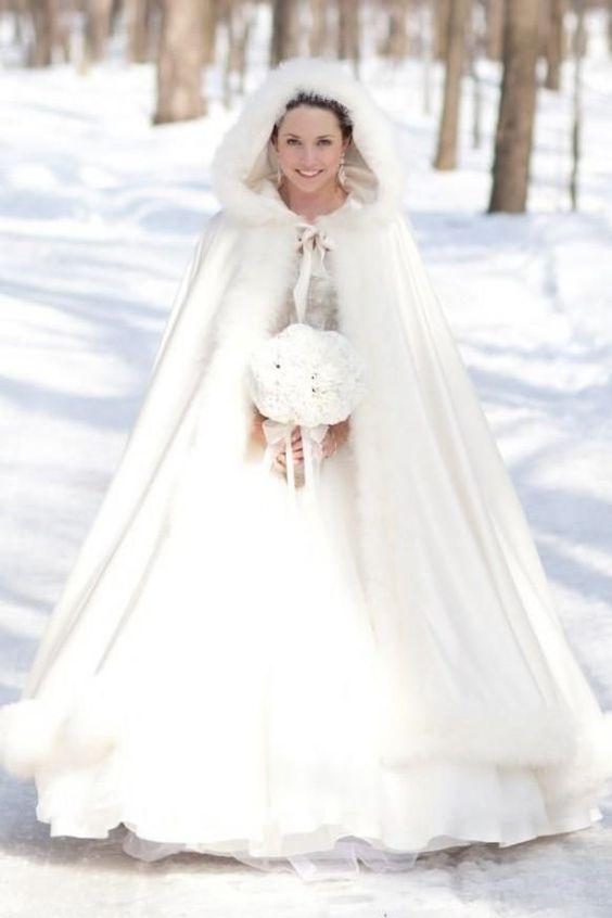 novia con capa para el frío invierno: