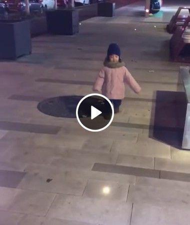 Menina fica impressionada com uma luz no chão.