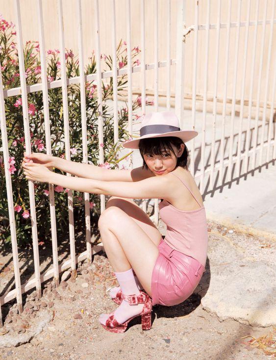 ピンクな服を着た堀未央奈