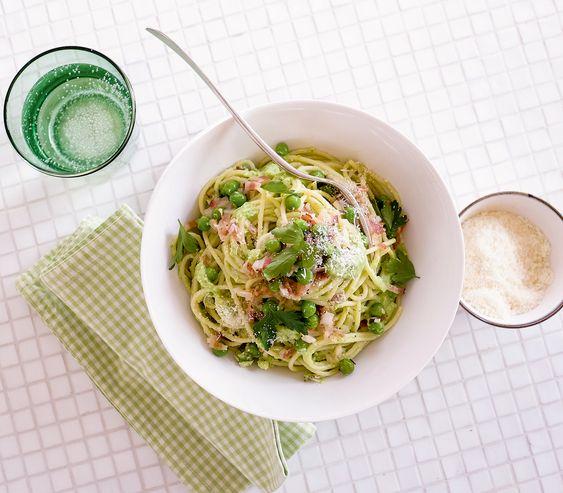 Frühling im Teller – gefrorene Erbsen machen es möglich. Wenn die frischen Hülsenfrüchte Saison haben, kann man die feine Pastasauce auch damit zubereiten.
