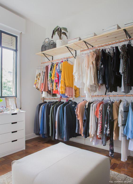 O minimalismo não tem vez na decoração desse apartamento alugado. Cores, estampas e móveis de família dão graça aos espaços.