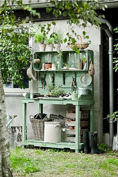 DIY gardening table as seen in dutch magazine Seasons.