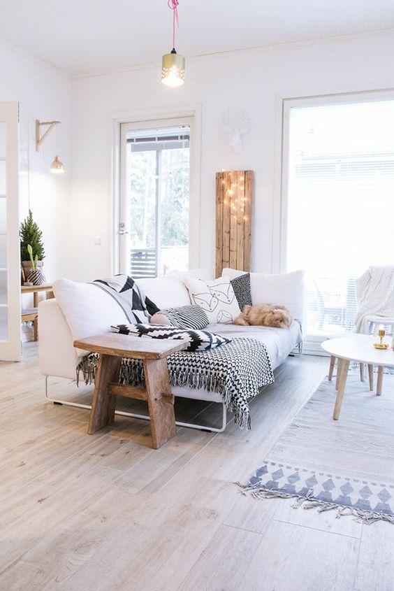 intérieurs scandinaves avec meuble norvegien avec canapé blanc et coussins colorés