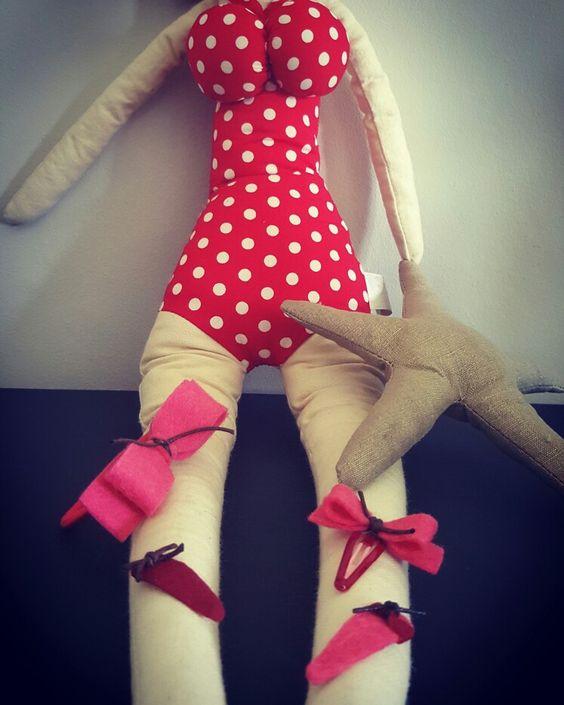 Rood-roze haarknipjes met bruin leren koordje.. love it!! Allemaal te bestellen via hipjeknipje@gmail.com! #hair clip #HipjeKnipje #red #pink #rood #roze #baby #haaraccessoires #meiden #zomer #outfit #hip #haar elastiek