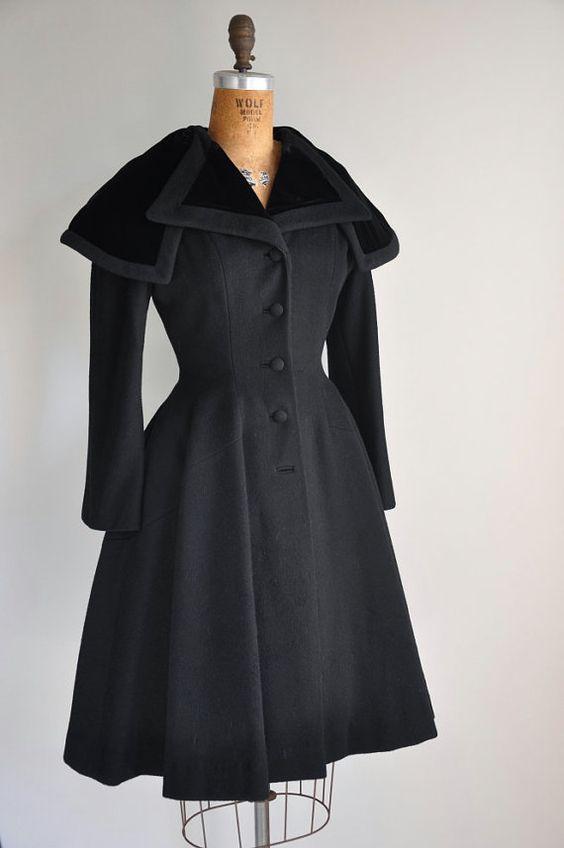 черное пальто с отложным воротником