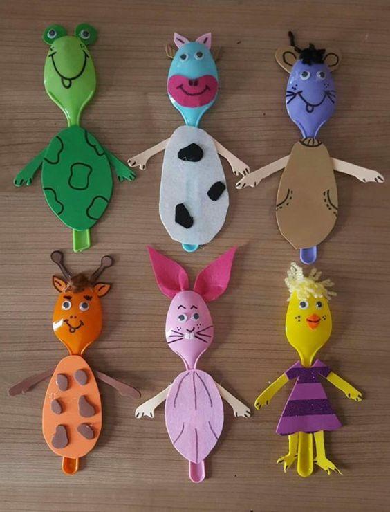 Posate di plastica colorate decorate come vari animaletti