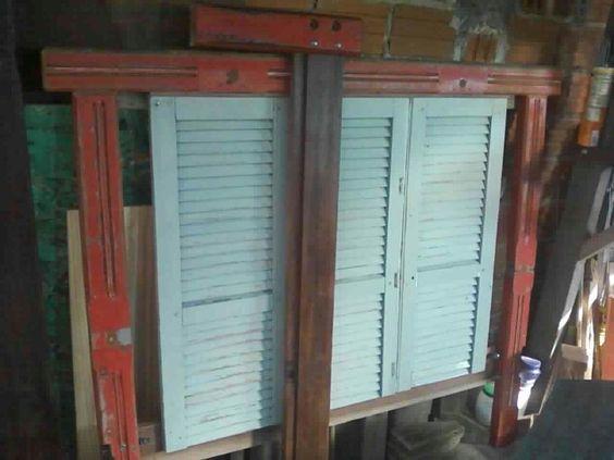 Cama fabicada com a madeira de uma carroceria de caminhão e uma janela velha